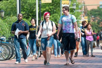 New student's learning about VCU's campus